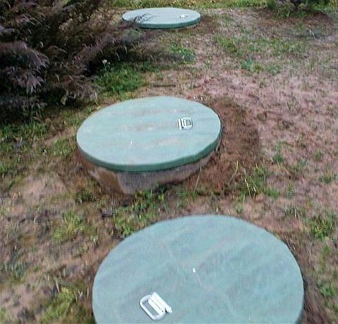Простой трехкамерный септик из бетонных колец либо двухсекционный пластиковый септик с дополнительным фильтрующим колодцем