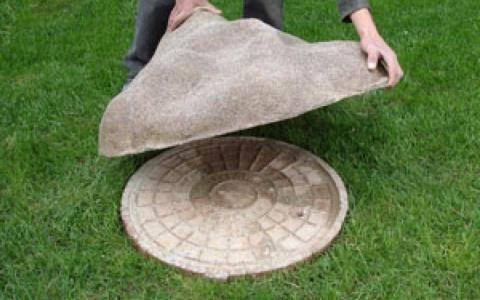 Декоративня накладка на люк в виде камня